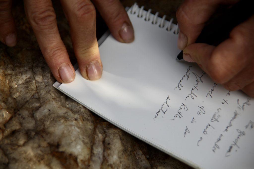 Le carnet perpétuel est effaçable. Il suffit d'écrire avec une encre délébile, puis d'effacer avec un tissu mouillé.